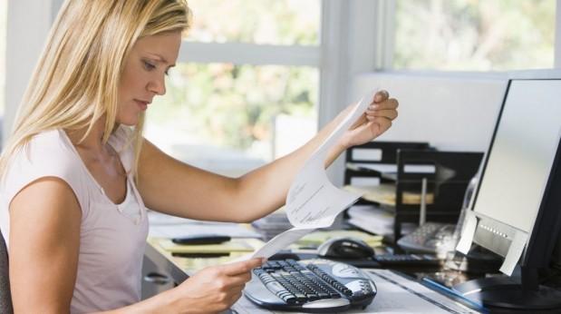 mujer examinando folios